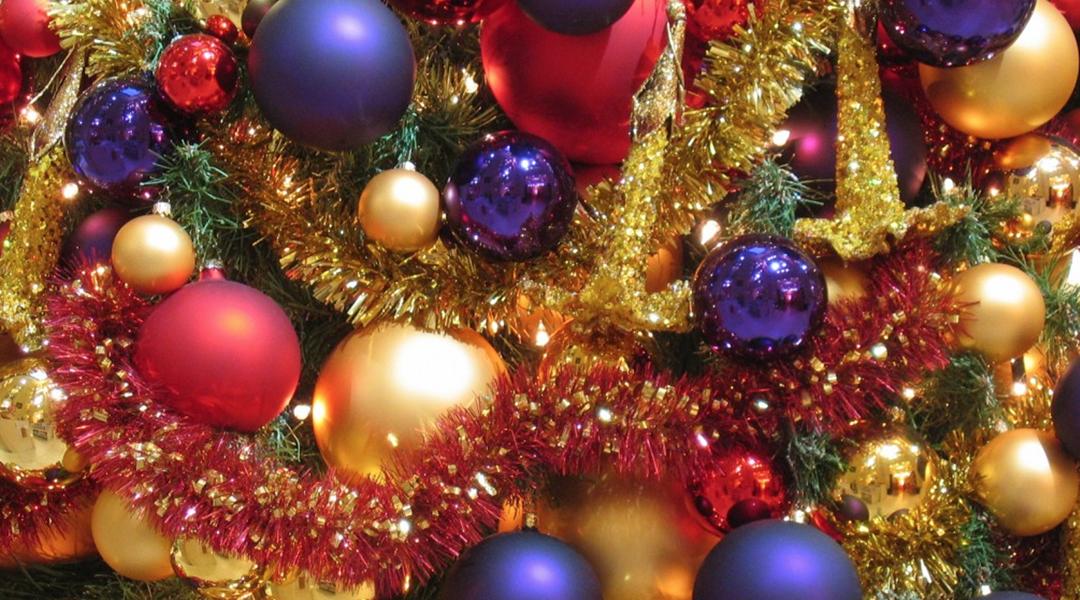 kleurrijk_versierde_kerstboom